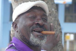 Vielfach publiziert, werden zumindest auf Havanas Straßen viel weniger Zigarre geraucht, als man sich erwartet, wenn dann meistens von alten Männern und Billigware ohne Banderole. Ab und zu finden sich Zigarrenstummel am Boden.