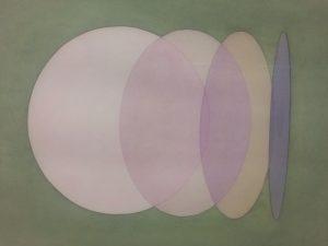 Olafur Eliasson bringt die Menschen zum Staunen. Mit seinen Installationen macht der gebürtige Isländer (*1967) immer wieder Schlagzeilen. Die Farben seiner Heimat, ganz besonders die subtilen Farbveränderungen des isländischen Meeres in der Dämmerung prägten seine Farbästhetik und sein Interesse Licht, Raum, Plastizität, ephemere Atmosphären und für naturwissenschaftliche Phänomene.