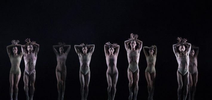Doch die bewusste Langeweile, die tanzende Menschen unserer wie robotermäßige Schaufensterpuppen vorführt, wandelt sich schnell in magische Bewegungsrhythmik für sieben Tänzer und sechs Tänzerinnen allesamt in unisex Nacktoptik, nebelumhüllt.