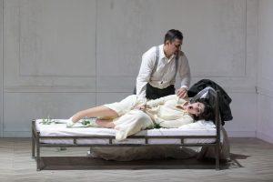 """Mit einem wahrlichen Donnerschlag beginnt Verdis """"Otello"""" in der Münchner Staatsoper. Dem Unwetter folgt der Donner der """"Vittoria""""-Tutti. Kirill Petrenko lässt Orchester, Chor und Sänger so im Fortissimo erbeben und findet nicht nur im letzten Akt die berührenden Momente im Pianissimo. Das sind die Eckpfeiler dieser großartigen """"Otello""""-Interpretation an der Münchner Staatsoper, die allerdings besser """"Desdemona"""" heißen sollte. Sie ist das Opfer, nicht Otello."""