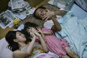 Der Vater lenkt ab, der Sohn klaut die Lebensmittel. Auf dem Nachhauseweg finden sie ein verängstigtes kleines Mädchen und nehmen es mit. Nun sind die Shibatas am Rande Tokios in dem winzigen Häuschen der Oma zu sechst und leben von deren Rente. Sie sind arm, sehr direkt, aber herzlich. Mit sehr viel Feingefühl entwickelt Regisseur Hirokazu Kore-eda eine zugespitzte Milieustudie japanischen Großstadtlebens zwischen Existenzminimum, beruflicher Ausbeutung, diebischer Selbsthilfe und einen eigenen, sehr pragmatischen Wertegefühl. Sie nehmen sich, was die Gesellschaft ihnen verwehrt.