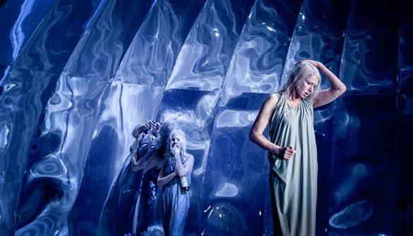 Zum Berliner Theatertreffen eingeladen zu werden ist auch in der 56. Runde immer noch eine der größten Auszeichnungen für ein Theaterhaus, das Ensemble und den Regisseur. Die Auswahl ist eine Herkulesaufgabe…