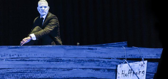 """Theaterkritik """"Die lächerliche Finsternis"""" präsentiert von schabel-kultur-blog.de"""
