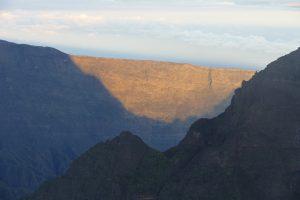 um dann morgens um vier Uhr mit Stirnlampen zum Gipfel zum Sonnenaufgang aufzubrechen.