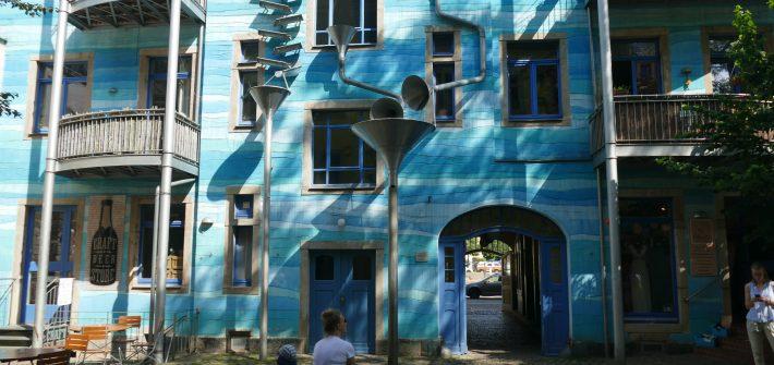 Das barocke Dresden ist schon längst in Touristenhand, nicht so stark die Neustadt. Auf der rechten Elbeseite vom Albertplatz die Alaunstraße entlang Richtung Norden präsentiert sich die Dresdner Neustadt von einer sehr authentischen Seite. Mit einer Reihe von kleinen Geschäften und Manufakturen, jeder Menge Bars und abgefahrener Musikclubs, originellen Graffities und künstlerischen Hinterhöfen ist das Viertel tagsüber relativ ruhig, abends der quirlige Treffpunkt unterschiedlichster Gruppierungen.
