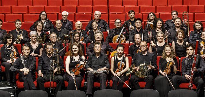 """Auf hohem Niveau """"Sinfoniekonzert VIII"""" mit Werken von Bach, Schubert bis Händel begeisterte bei den Burgfestspielen Mit einem Sinfoniekonzert, inzwischen das achte, das Generalmusikdirektor Basil H. E. Coleman auf die Bühne brachte, wurde die dritte Premiere der diesjährigen Burgenfestspiele stürmisch bejubelt. Das Programm präsentierte drei berühmte Orchestersuiten aus der barocken Unterhaltungsmusik von Bach und Händel und eine romantische Tondichtung von Franz Schubert. Schon nach kurzer Einspielphase fand die Niederbayerische Philharmonie einen sehr warmen Farbklang, der sich während des Konzerts durch die dynamische Spannkraft noch intensivierte. Nach der feierlich getragenen Eröffnung der Ouvertüre von Bachs dritter Orchestersuite, dem flotten, sich ausgaloppierenden Tempo der Geigen dazwischen, zum majestätischen Finale wieder versammelt zeigte schon das zweite Stück, """"Air"""", Bachs weltberühmtes Lied, wie einfühlsam die Niederbayerische Philharmonie intoniert, der Bass continuo dezent pulsiert, sich die Melodiebögen weiten und harmonisch ausklingen. Lebensfroh, mit tänzerischer Grandezza erklangen Gavotte, Bourée und Gigne. In der vierten Orchestersuite begeisterten die drei Oboenspieler durch satte Klangfarben und klare Melodieführung. Im Wechselspiel von Bläsern und den Streichern wurde Bachs """"Mehrchörigkeit"""" sehr gut hörbar. Einmal mehr bewies die Niederbayerische Philharmonie, dass Händels """"Feuerwerkmusik"""" nichts von ihrer bombastischen Expression verloren hat. Mit Pauken und Trompeten, untermalt vom Streichorchester steigerte sich hier höfischer Glanz zur fanfarischen und jubilierenden Empfangsmusik durchwirkt von getragen tänzerischer Eleganz. Im Wechsel der Instrumentalgruppen und durch feinfühlige Dynamik gelangen der Niederbayerischen Philharmonie raffinierte Effekte von Distanz und Nähe, Ruf und Echo, die Jagd-, Reiter- und Tanzszenarien assoziierbar machten. Franz Schuberts Sinfonie Nr. 9 d brachte nach der Pause die Verinnerlichung in einem Netzwe"""