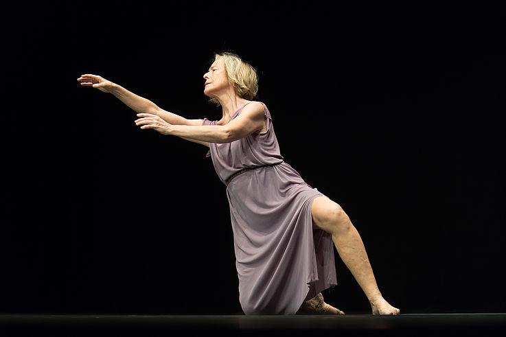"""Tanzkritik von Jerome Bels """"Isadora Duncan"""" präsentiert von www.schabel-kultur-blog.de"""