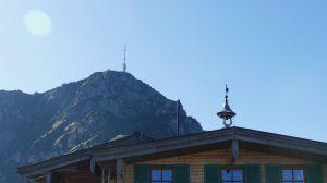 """Mit Blick auf den Westkaiser will sich Tirol um die Kitzbüheler Alpen ein Image als Gourmetregion mit voll ökologischer Küche und besten Weinen aufbauen """"Wir meinen Glück, wir sagen… yapadu"""" - das ist der neue Slogan der Kitzbüheler Alpenregion, zu dem auch das Gebiet des Wilden Kaisers mit den drei Marktgemeinden St. Johann, Kirchdorf und Oberndorf zählt. Wer in diese Region reist, erlebt nicht nur die wunderbare Bergwelt mit den vielen Möglichkeiten des Sommer- und Wintersports, sondern immer mehr auch die Köstlichkeiten der Region. Hier kann ein Urlaub fern des Massentourismus zur voll biologischen Gourmettour werden."""