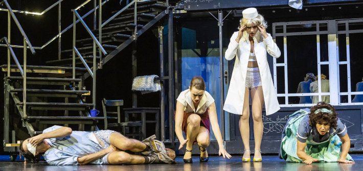 """""""Der nackte Wahnsinn"""" packt die Schauspieler eines Tourneetheaters, als bei der Hauptprobe, die eigentlich eine Generalprobe sein sollte, immer noch nichts funktioniert, die Schauspieler nicht einmal ihre Rolle kapiert haben, wo doch alles so einfach ist. Es kommt nur """"auf die Sardinen und Türen"""" an, erklärt entnervt der Regisseur. Die müssen im richtigen Timing knallen und die Sardinen da sein, wo sie sein sollen."""