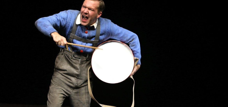 """Theaterkritik """"Die Blechtrommel"""" präsentiert von www.schabel-kultur-blog.de"""