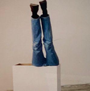"""Vanessa Beecrofts nackte, nur mit Strumpfhosen bekleidete Tänzerinnen  im Wartemodus vor einem Auftritt und zwei Aufnahmen ihrer Werbeauftragsarbeit """"Castello di Rivoli"""" ziehen im großen Raum in riesigen Formaten die Blicke auf sich und hinterfragen die Stereotypität weiblicher Normierung genauso die Ausbeutujng des weiblichen Körpers."""