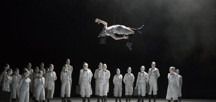 """Elfenkinderchor singt, Puck schwebt und purzelt durch die Lüfte fliegt. Von der ersten Sekunde an entrückt Ted Huffmans Inszenierung von """"A Midsummer NIght´s Dream"""" in eine wunderbare Märchenwelt. Benjamin Britten hat die Oper in nur neun Monaten nach Shakespeares berühmten """"Sommernachtstraum"""" 1960 für ein Festival der neu umgestalteten Jubilee Hall komponiert, den Text um die fast die Hälfte gekürzt, den ganzen ersten Akt weggelassen, beginnt gleich Feenreich und entwickelt die Figuren durch wunderbar musikalische Charakterisierung aus dem Spiel heraus. Aus Shakespeares abgehobenen Märchenkomödie wird unter der Regie von Ted Huffmann und der musikalische Leitung Daniel Carters ein spannender, überaus amüsanter Opernabend."""