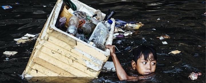 und Hartmut Schwarzbach begleitet Kinder, die den schwimmenden Plastikmüll der globalen Wegwerf-Gesellschaft in der Bucht von Manila auf den Philippinen einsammeln.