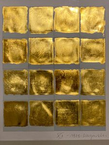 """""""Antwort des Bildes"""" auf die Wirklichkeit ist das große Thema Verena von Gagern-Steidle (* 1946 ). Ihr Ouvre ist vielseitig. Doch einige Stilmittel blieben über Jahrzehnte hinweg, die Vorliebe für Schwarz -Weiß-Fotografien, das Licht, die sich daraus ergebenden atmosphärischen Wirkungen, ungewöhnliche Perspektiven und Details, wodurch in scheinbaren Idyllen die hitchcockmäßige Abgründe spürbar werden. """"Die Antwort des Bildes"""" ist bereits 2016 als Buch erschienen. Jetzt sind die zuweilen sehr beeindruckenden Bilder im Museum Moderner Kunst in Passau zu sehen. Nach Werkgruppen chronologisch in den einzelnen Räumen gehängt, wirkt die Ausstellung sehr übersichtlich und nachhaltig..."""