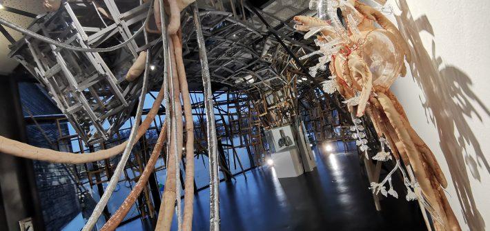 """Ausstellung von Simone Fezer """"tipping point"""" im Glasmuseum Frauenau präsentiert von www.schabel-kultur-blog.de"""