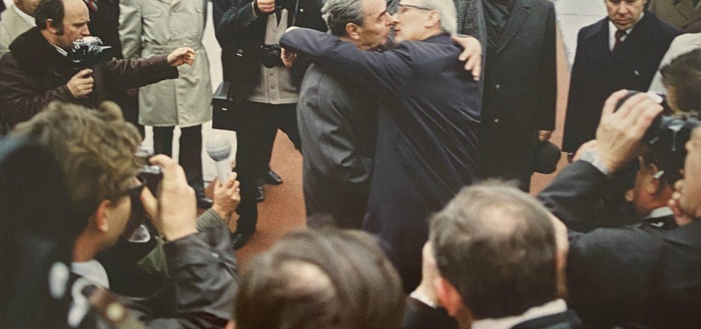 """Große Namen auf beiden Seiten, renommierte Fotografen zeigen Politiker, die Weltgeschichte machen. 50 Fotografien wurden für """"Politics on Stage"""", bunt durcheinander gemischt, Jousuf Karshs nachdenklicher Adenauer, Thomas Billhardts fröhlicher Jassier Arafat. Mit Jürgen Schattenbergs """"Nelson Mandela in der Gefängniszelle"""" und Thomas Billhardts """"Breschnew zum 25-jährigen Jubiläum in der DDR"""" und sind Ikonen der politischen Fotografie zu sehen. Dem Arbeitsumfeld der Fotografen ist es geschuldet, dass vorwiegend amerikanische und deutsche Politiker, v. a. Angela Merkel zu sehen sind …"""